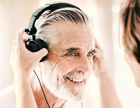 Mann im Neuroth-Fachinstitut beim Hörtest