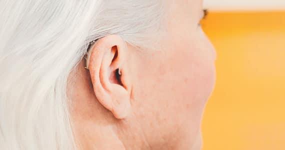 Hinter-dem-Ohr-Hörgerät am Ohr