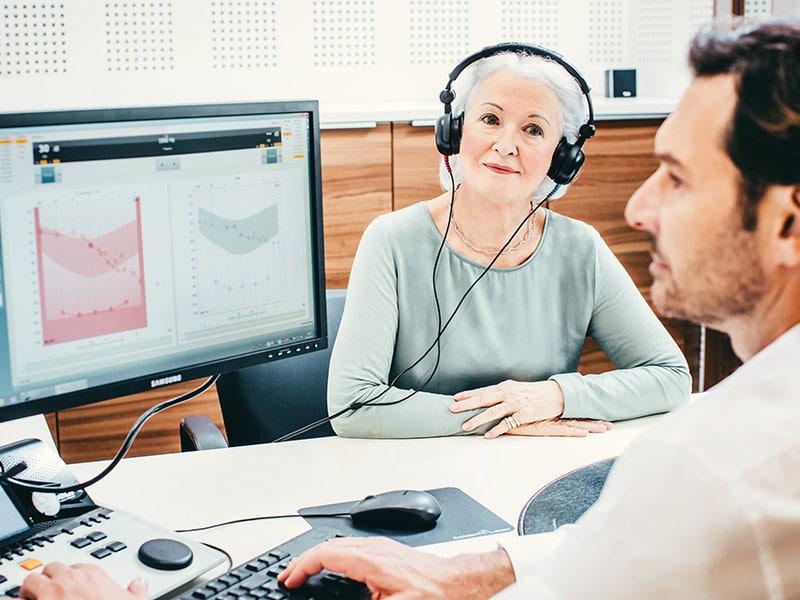 Frau mit Kopfhörer beim Hörtest