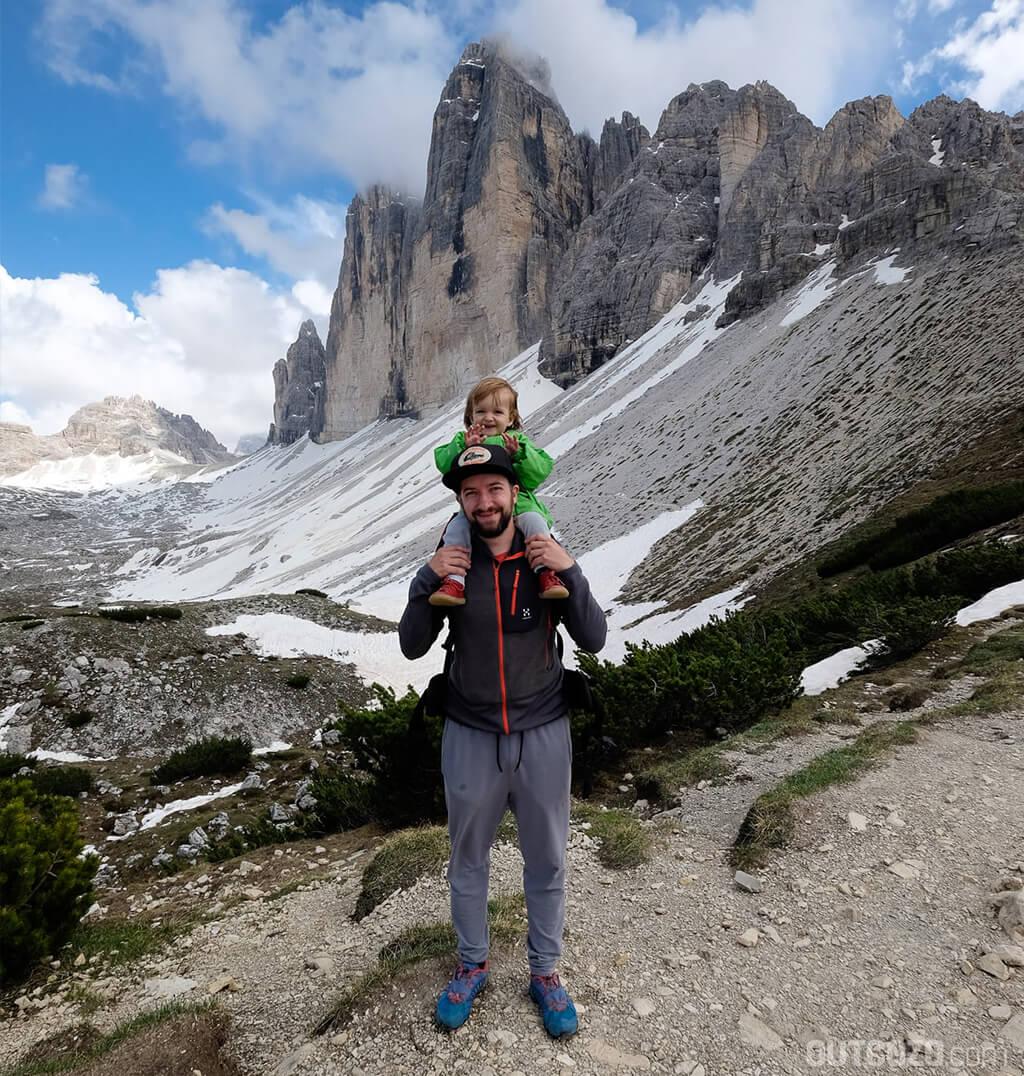 Mann mit Hörgeräten und Kind in den Bergen
