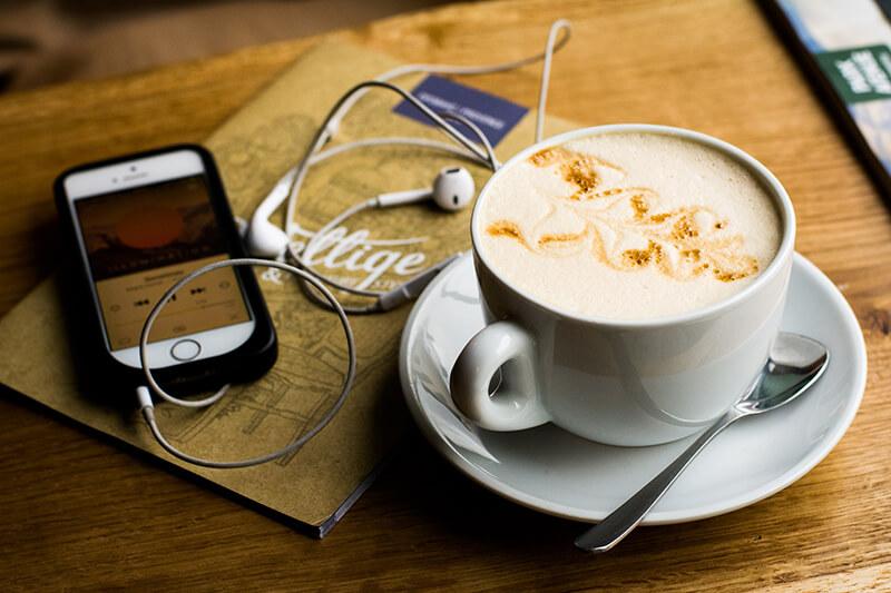 Podcast hören in einem Cafe